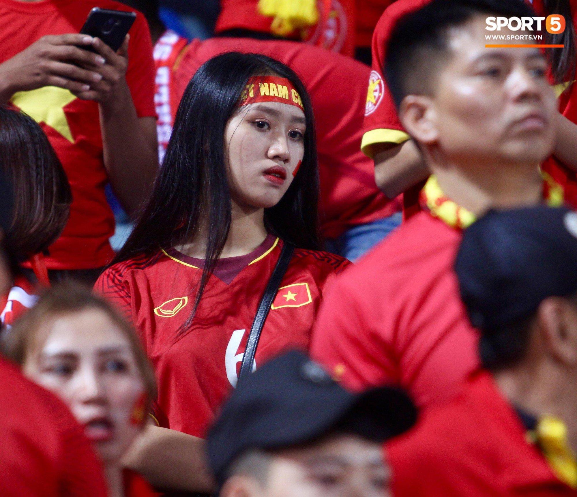 Báo Hàn Quốc ấn tượng về sự cuồng nhiệt của những fan nữ Việt Nam xinh đẹp 4