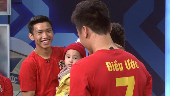 Vài giờ đồng hồ trước chung kết AFF Cup, cầu thủ ĐT Việt Nam gây xúc động với cuộc gặp gỡ cậu bé ung thư 4