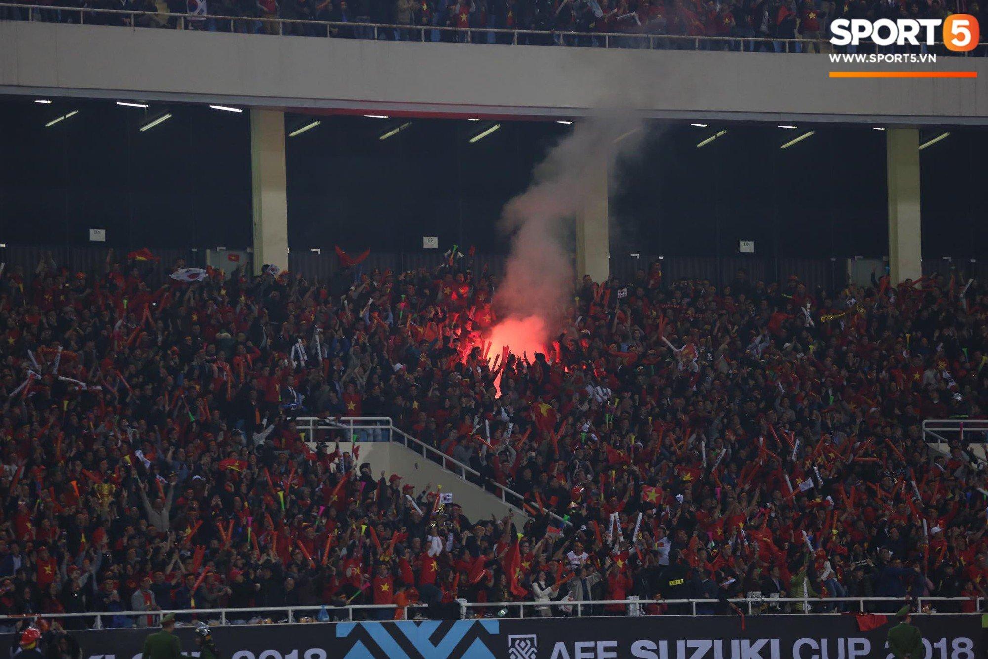 Pháo sáng lại cháy trên khán đài Mỹ Đình, LĐBĐ Việt Nam đối diện nguy cơ bị phạt 2