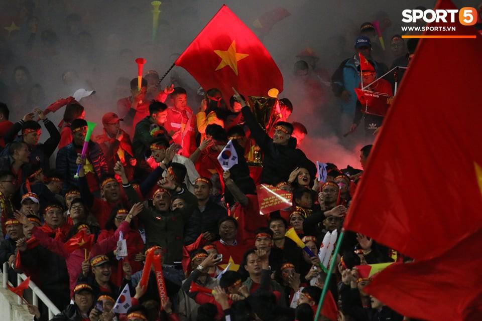 Pháo sáng lại cháy trên khán đài Mỹ Đình, LĐBĐ Việt Nam đối diện nguy cơ bị phạt 3