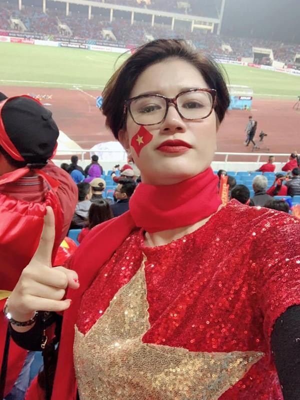 Việt Nam vô địch AFF Cup: Hoa hậu tỷ phú Phương Lê tắm tiên, Á hậu Mâu Thủy đi bão xuyên đêm 2