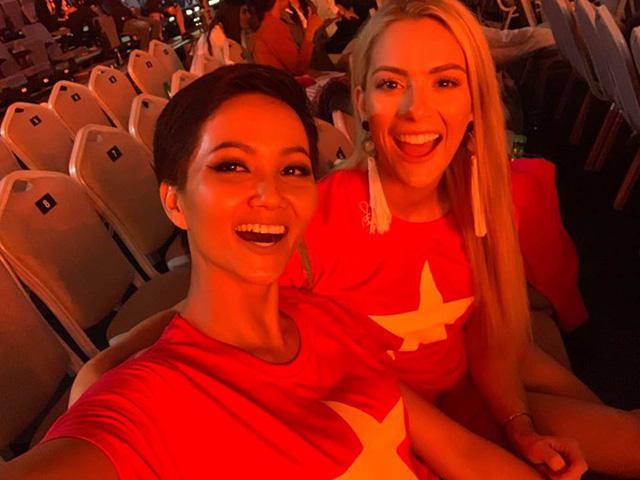 Việt Nam vô địch AFF Cup: Hoa hậu tỷ phú Phương Lê tắm tiên, Á hậu Mâu Thủy đi bão xuyên đêm 6