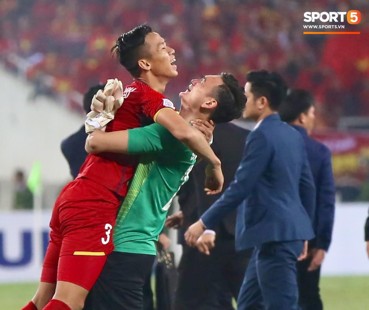 Vô địch AFF Cup 2018, thủ thành Văn Lâm bật khóc rưng rức khi ăn mừng cùng Quế Ngọc Hải 5