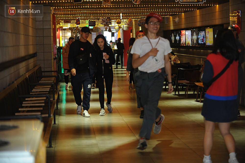Bắt gặp Duy Mạnh tay trong tay đi xem phim với bạn gái sau khi lên ngôi vô địch AFF Cup 1