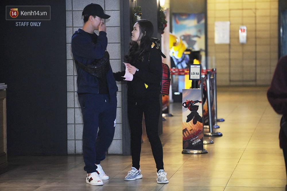 Bắt gặp Duy Mạnh tay trong tay đi xem phim với bạn gái sau khi lên ngôi vô địch AFF Cup 3