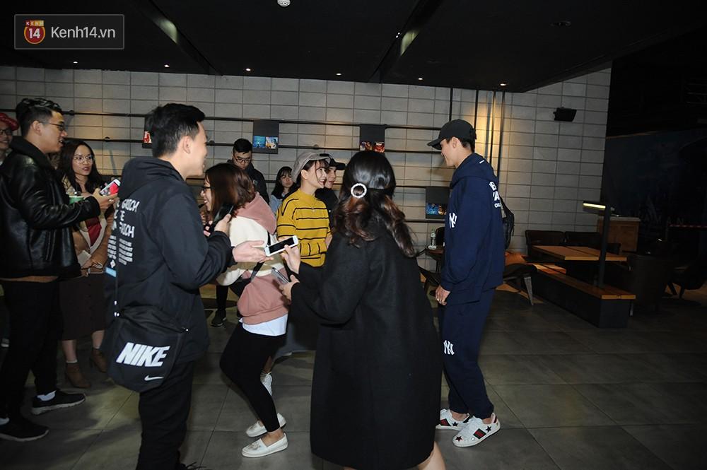 Bắt gặp Duy Mạnh tay trong tay đi xem phim với bạn gái sau khi lên ngôi vô địch AFF Cup 5