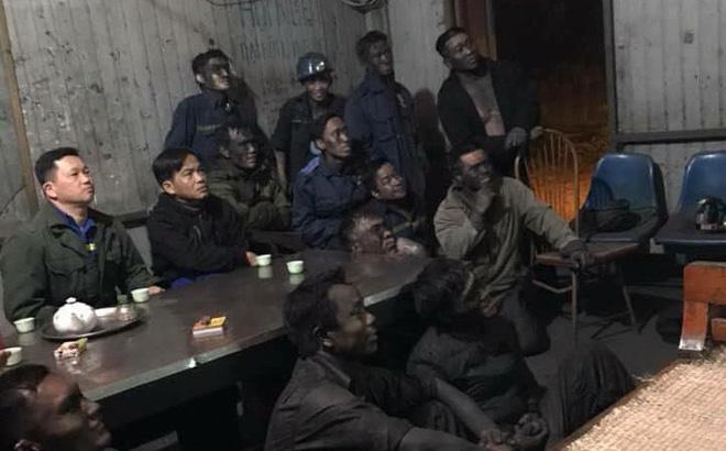 12 người đàn ông mặt lắm lem ngồi xem bóng đá hot nhất MXH 1
