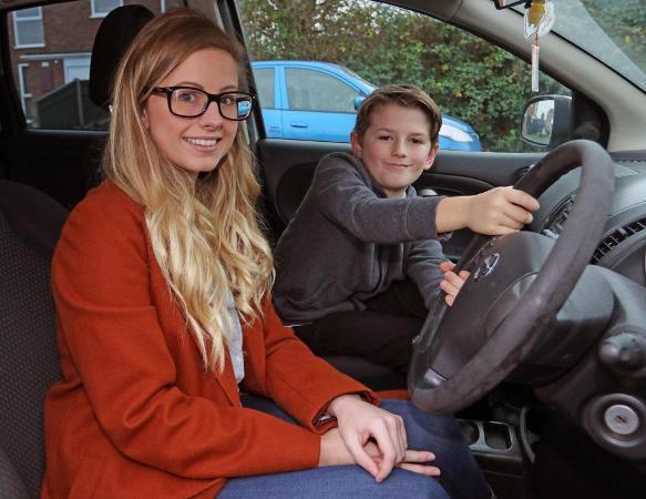 Mẹ lên cơn co giật trong khi lái xe, bé 8 tuổi bất ngờ trở thành người hùng 1