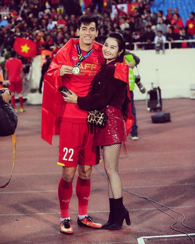 Gia thế giàu có, nhan sắc khả ái của bạn gái cầu thủ Tiến Linh -