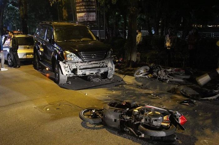 Hiện trường vụ xe Lexus đâm liên hoàn 8 xe máy khiến nhiều người bị thương 1