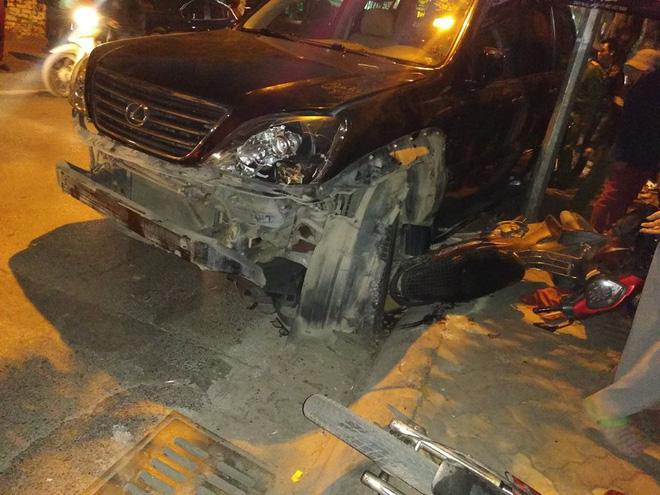 Hiện trường vụ xe Lexus đâm liên hoàn 8 xe máy khiến nhiều người bị thương 4