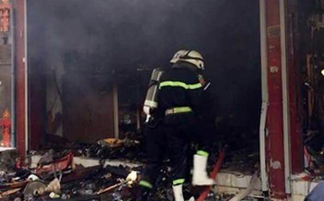 Cảnh sát phá cửa giải cứu 7 người trong căn nhà bốc cháy dữ dội lúc rạng sáng 1