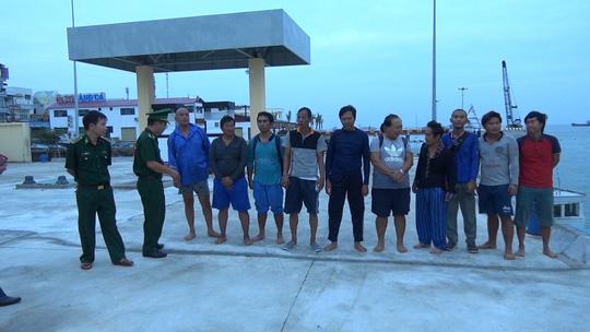 Phát hiện 10 người nước ngoài trên phao cứu sinh nổi trên biển 1