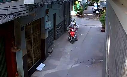 Cả khu phố vây bắt nam thanh niên dùng kim tiêm khống chế tài xế xe ôm cướp xe 1