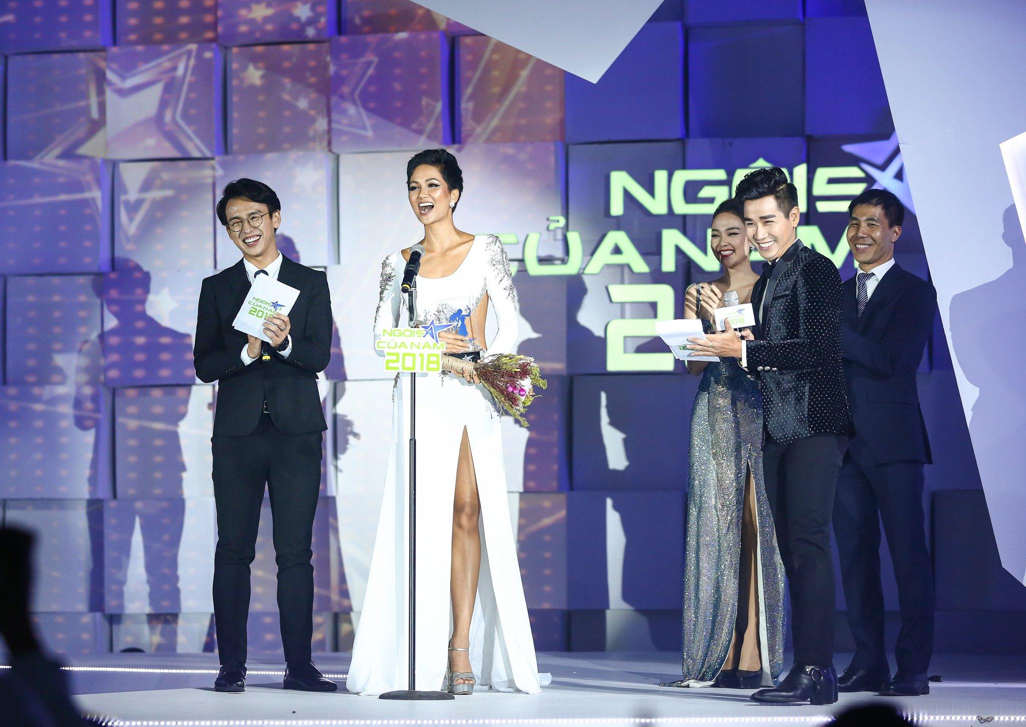 MC Nguyên Khang nâng váy cho Hoa hậu H'hen Niê trên thảm đỏ 5