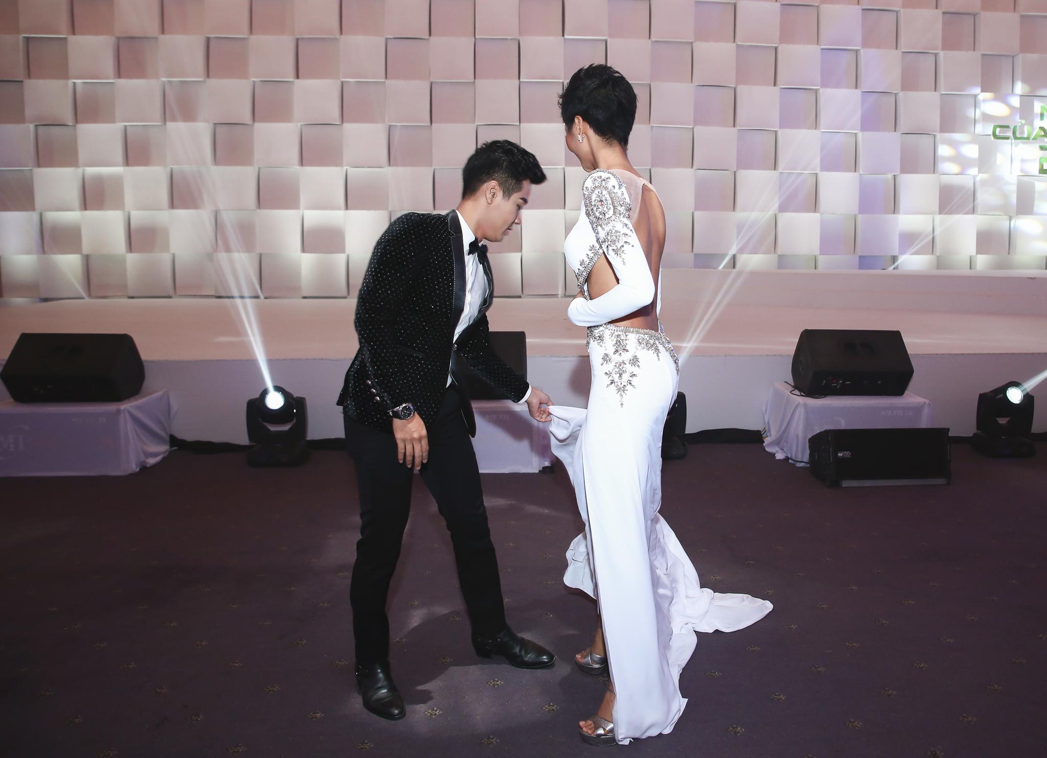 MC Nguyên Khang nâng váy cho Hoa hậu H'hen Niê trên thảm đỏ 2