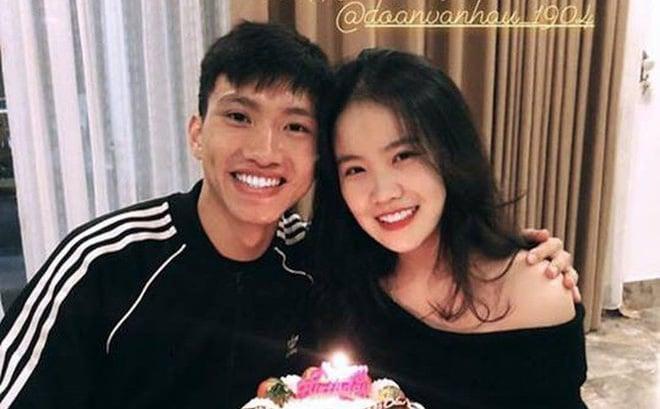 Bạn gái Văn Hậu đăng ảnh ôm bánh kem mừng sinh nhật 18 tuổi, nhưng fan đoán món quà to nhất là... 1