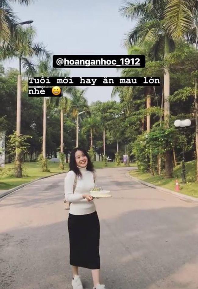 Bạn gái Văn Hậu đăng ảnh ôm bánh kem mừng sinh nhật 18 tuổi, nhưng fan đoán món quà to nhất là... 4