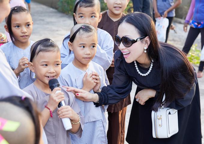 Em gái tỷ phú của Cẩm Ly về nước làm từ thiện cùng mẹ 3