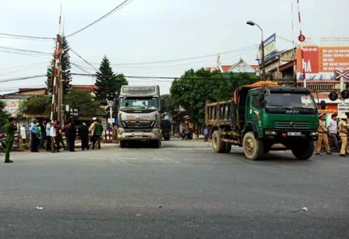 Tin tức tai nạn giao thông mới nhất ngày 22/12: Xe chở 70 tấn gạo cho hộ nghèo bốc cháy dữ dội  1