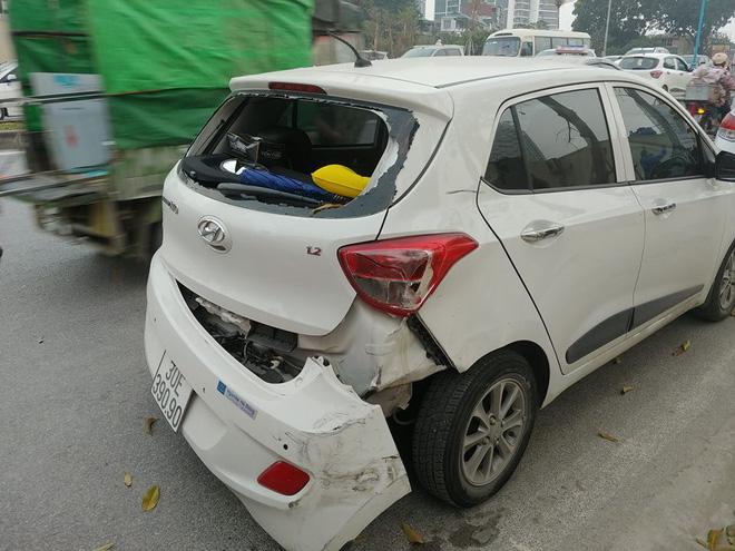 Tai nạn liên hoàn trên phố Hà Nội, 2 xe sang Mercedes và BMW hư hỏng nặng 2