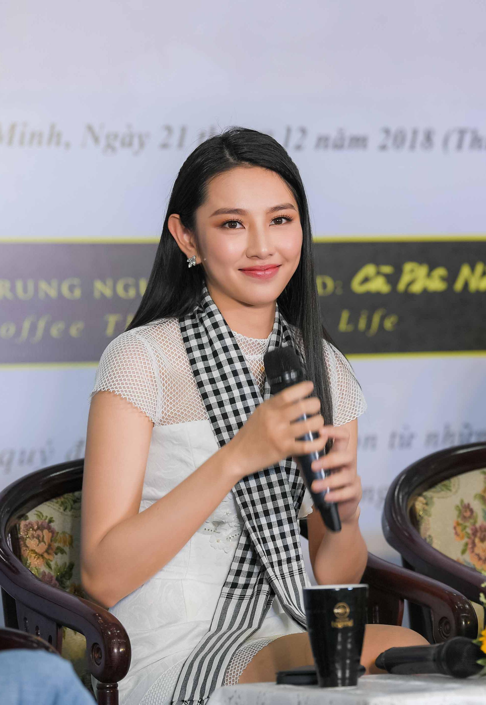 Người đẹp Nhân ái Thùy Tiên trổ tài đàn hát với sinh viên 2