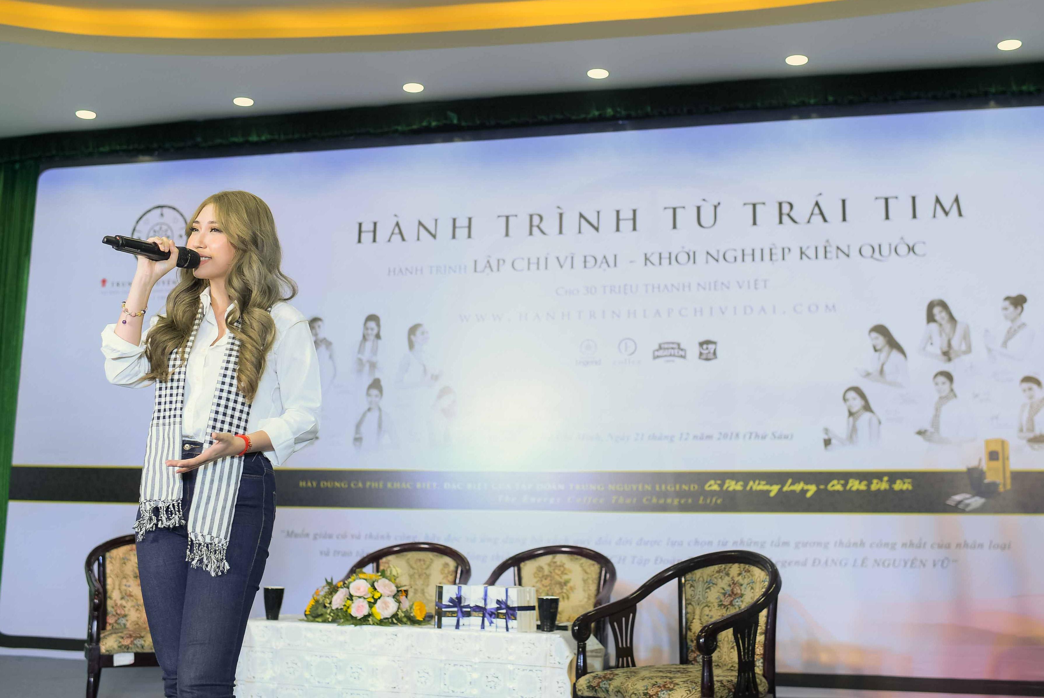 Người đẹp Nhân ái Thùy Tiên trổ tài đàn hát với sinh viên 6