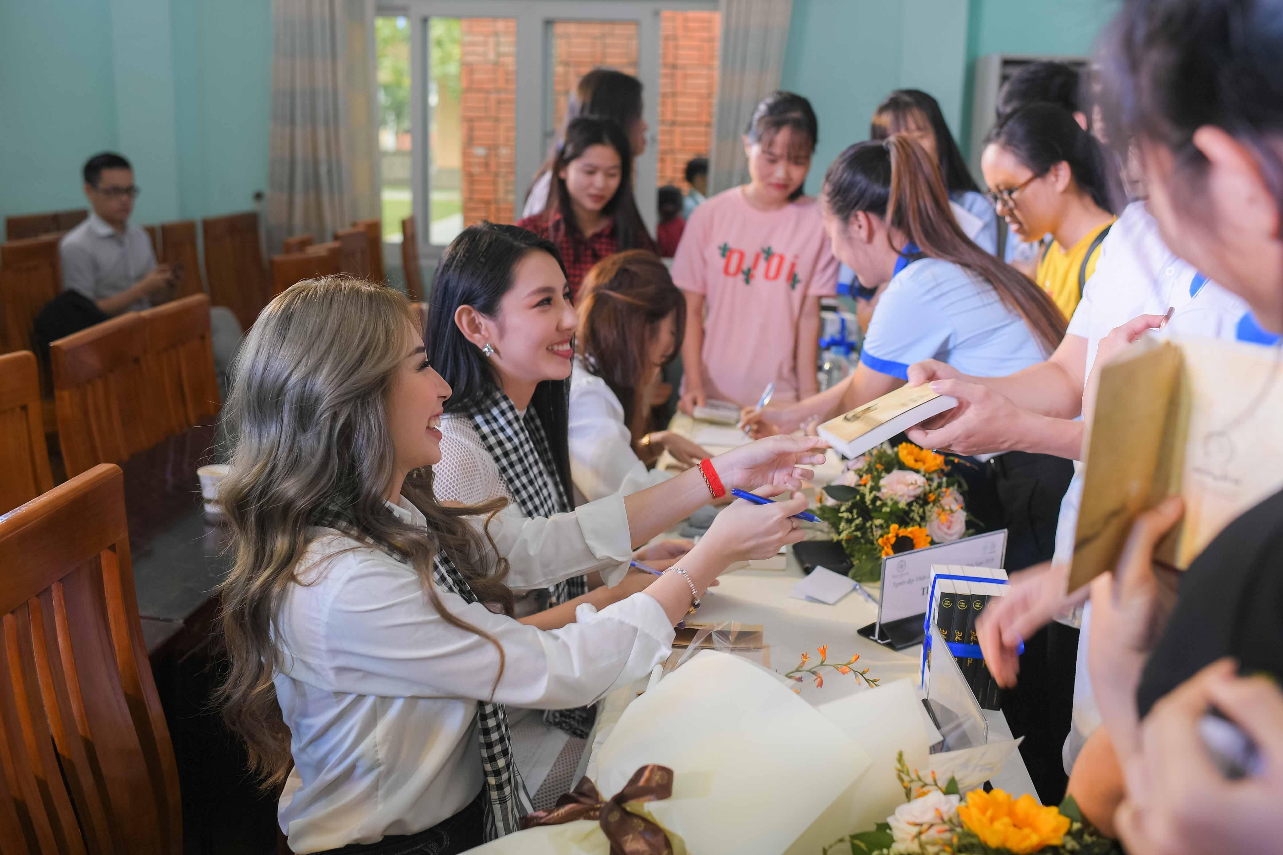 Người đẹp Nhân ái Thùy Tiên trổ tài đàn hát với sinh viên 8