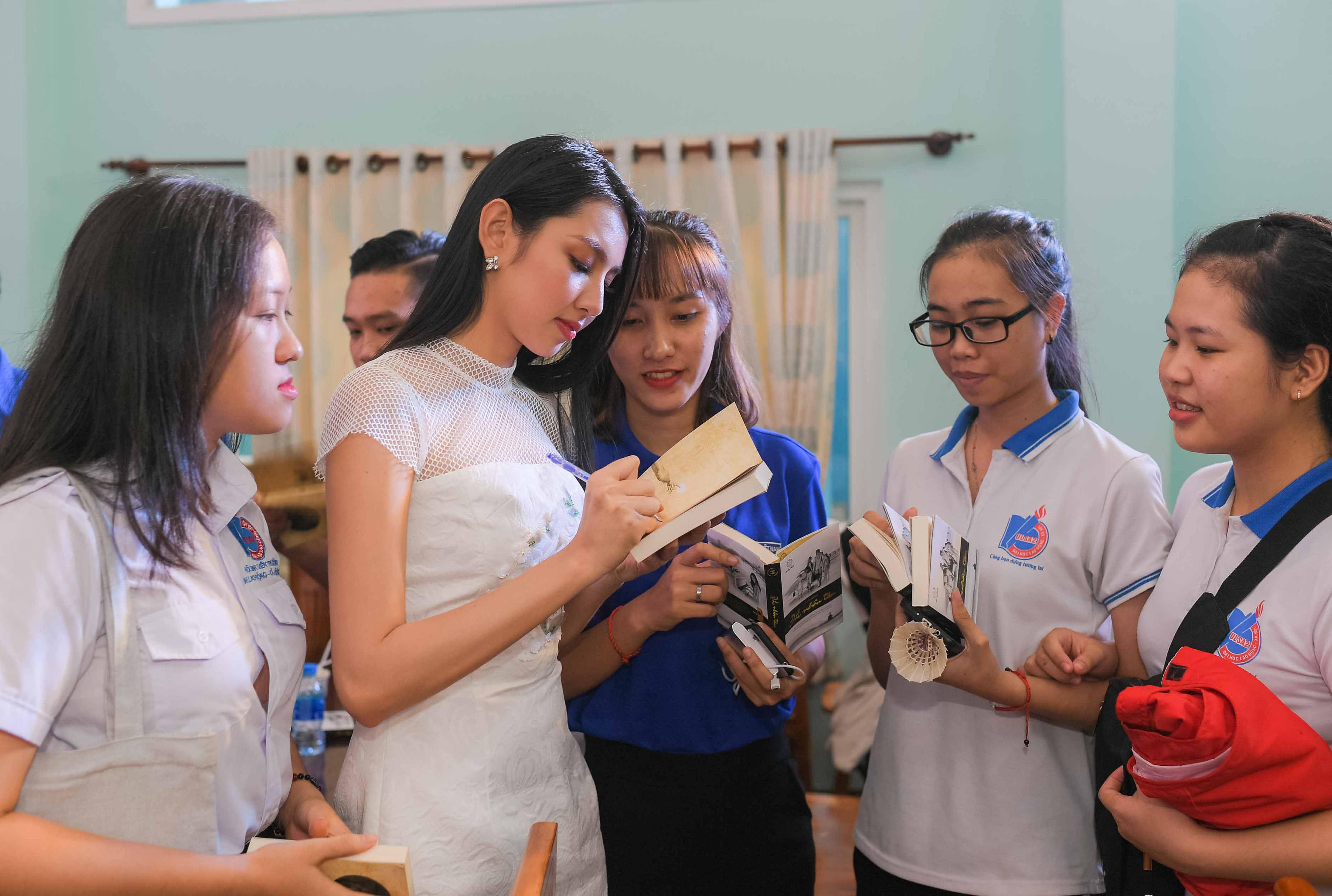 Người đẹp Nhân ái Thùy Tiên trổ tài đàn hát với sinh viên 7