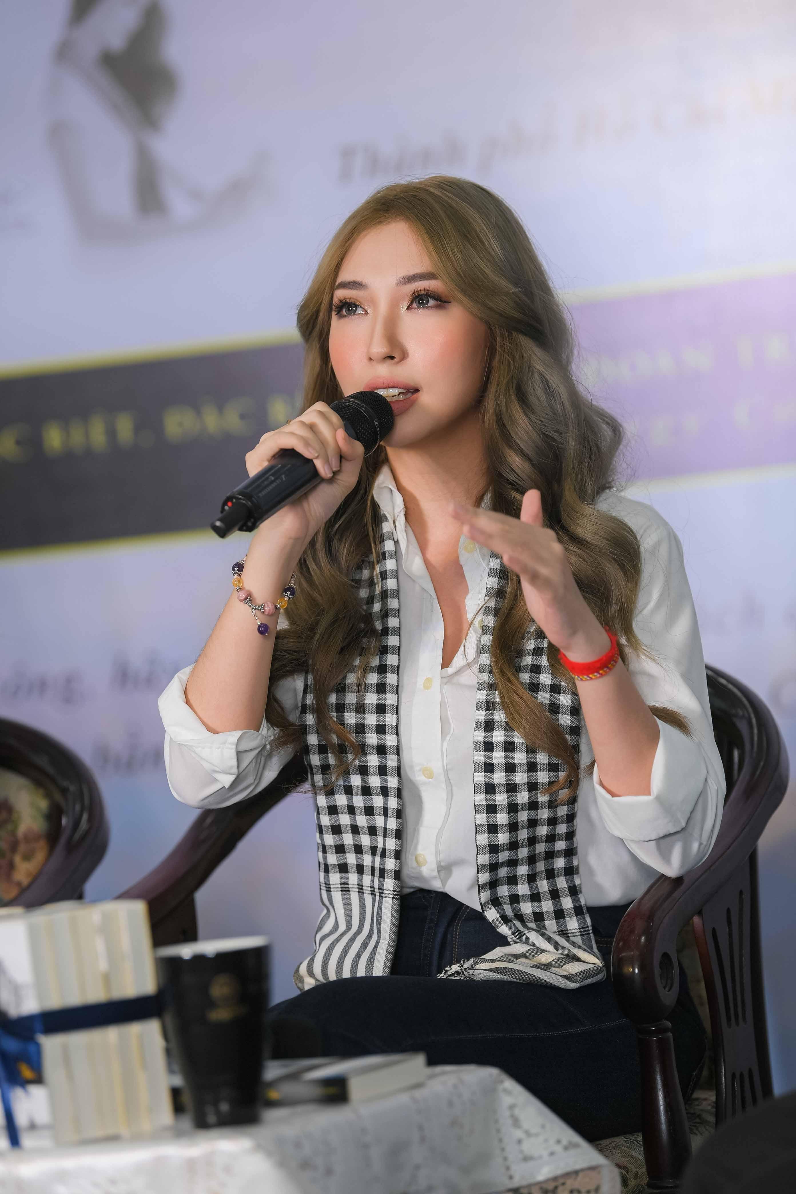 Người đẹp Nhân ái Thùy Tiên trổ tài đàn hát với sinh viên 5