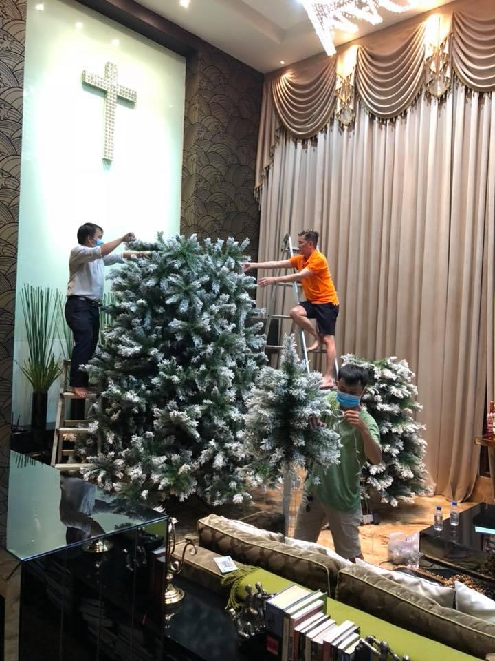 Đàm Vĩnh Hưng tự tay trang trí biệt thự triệu đô đón Giáng sinh về 1