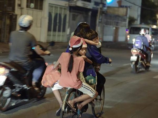 Hình ảnh mẹ nghèo chở 3 con trên chiếc xe đạp cũ trước đêm noel làm lay động lòng người 1