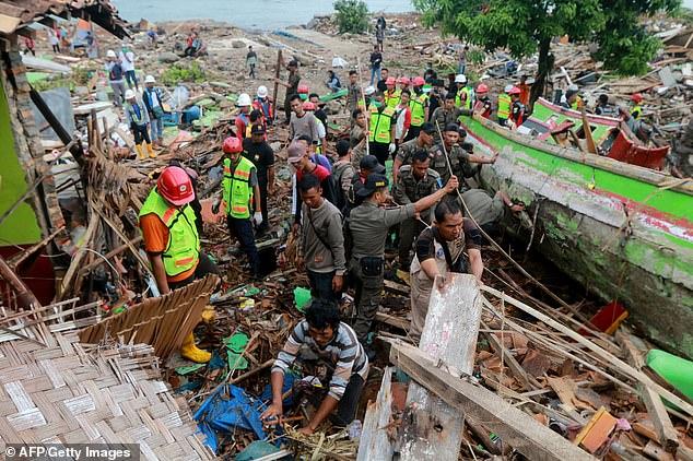 Kỳ tích: Cậu bé 5 tuổi Indonesia thoát chết sau 12 giờ mắc kẹt dưới đống đổ nát 3