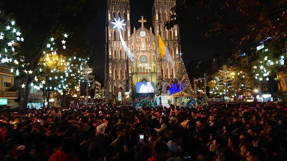 Cảnh tượng nghẹt thở trong đêm Giáng sinh: Nhiều tuyến phố ở Hà Nội tê liệt 1