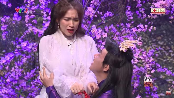 Trấn Thành ôm chặt Hòa Minzy, khán giả bắt hình ảnh Hari Won hồi năm 2014 3