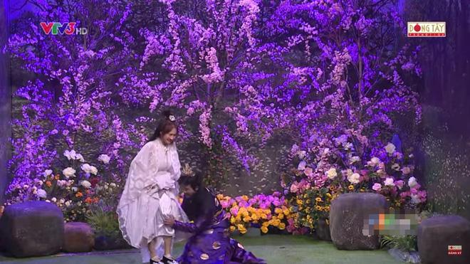 Trấn Thành ôm chặt Hòa Minzy, khán giả bắt hình ảnh Hari Won hồi năm 2014 5