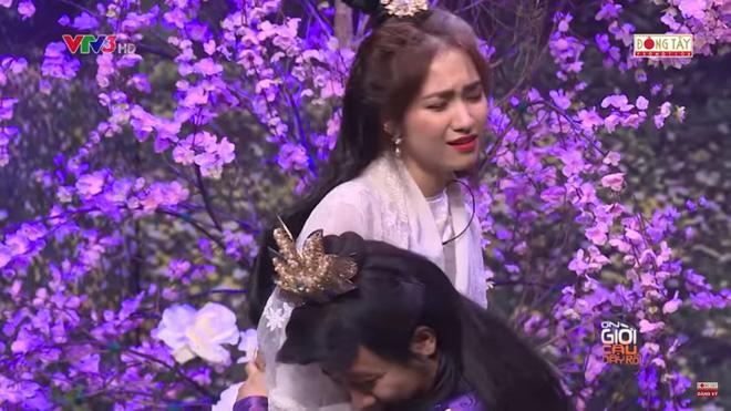 Trấn Thành ôm chặt Hòa Minzy, khán giả bắt hình ảnh Hari Won hồi năm 2014 1