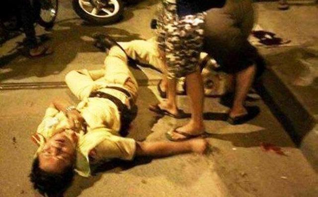 Hình ảnh Tài xế ô tô gây tai nạn, hung hăng đánh CSGT ngã xuống đường số 1