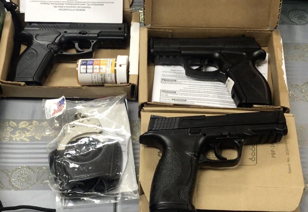 Bắt giữ hành khách mang 3 khẩu súng và dao găm trên chuyến bay từ Mỹ về Việt Nam 2