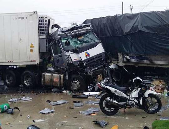 Xe tải đối đầu container khiến 2 người chết thảm 1