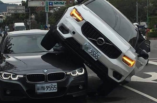 Bắt gặp chồng đang chở gái, vợ nổi máu ghen phi ô tô chồm lên nóc xe BMW  1