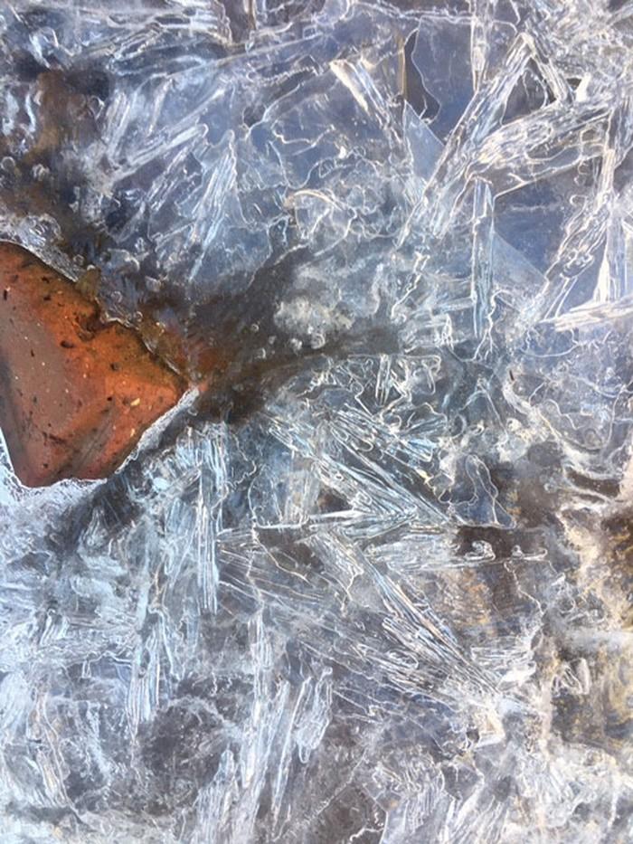 Nhiệt độ giảm xuống dưới 0 độ, nước suối đóng thành băng trên đỉnh Fansipan 2