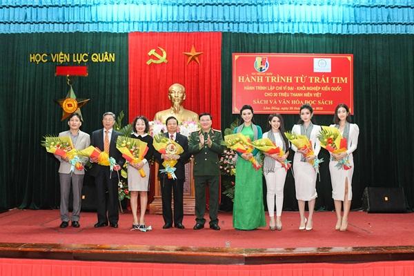 Hoa hậu Mỹ Linh xinh đẹp, nổi bật giữa các chiến sĩ lục quân 8