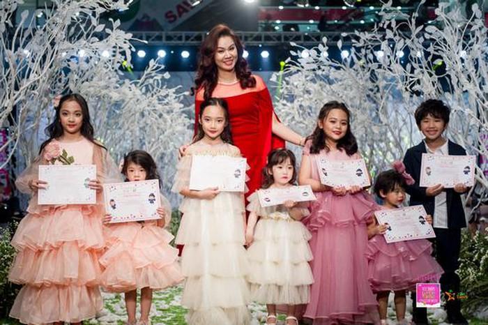"""Hình ảnh Vietnam Kids Fashion Week mùa 3: """"Nguyệt thảo mai"""" catwalk cùng con gái 7 tuổi số 1"""