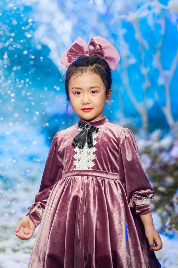"""Hình ảnh Vietnam Kids Fashion Week mùa 3: """"Nguyệt thảo mai"""" catwalk cùng con gái 7 tuổi số 8"""