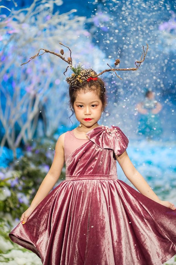 """Hình ảnh Vietnam Kids Fashion Week mùa 3: """"Nguyệt thảo mai"""" catwalk cùng con gái 7 tuổi số 9"""