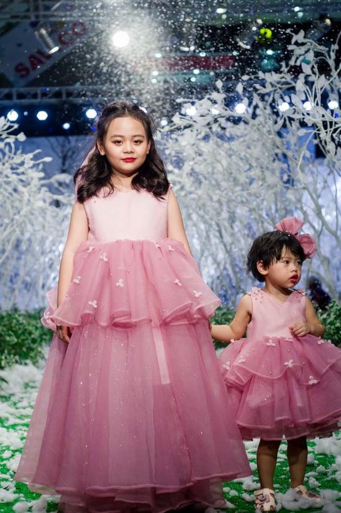 """Hình ảnh Vietnam Kids Fashion Week mùa 3: """"Nguyệt thảo mai"""" catwalk cùng con gái 7 tuổi số 3"""