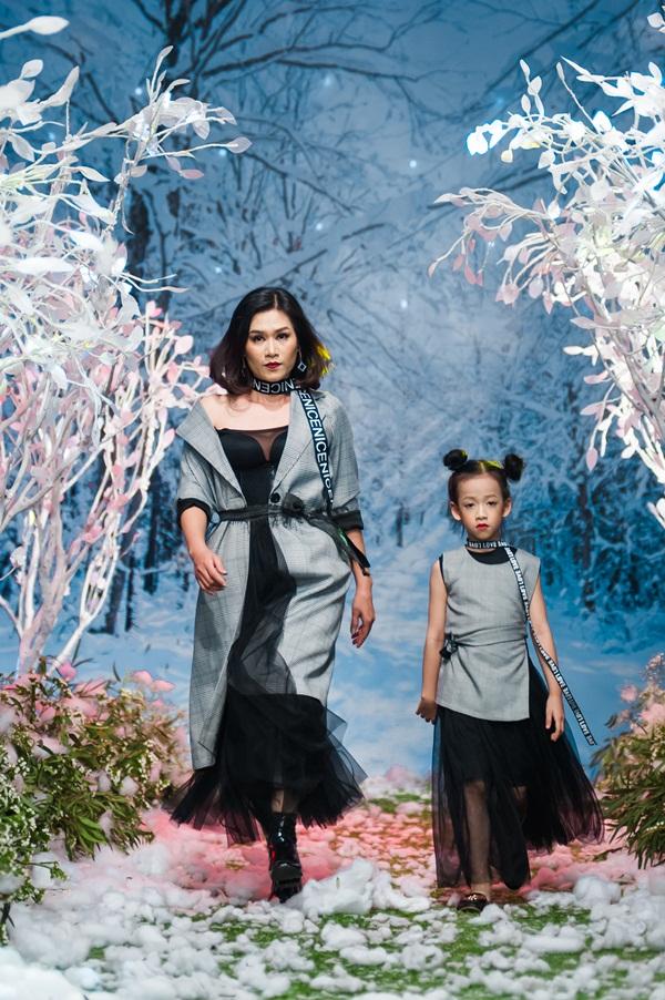"""Hình ảnh Vietnam Kids Fashion Week mùa 3: """"Nguyệt thảo mai"""" catwalk cùng con gái 7 tuổi số 4"""