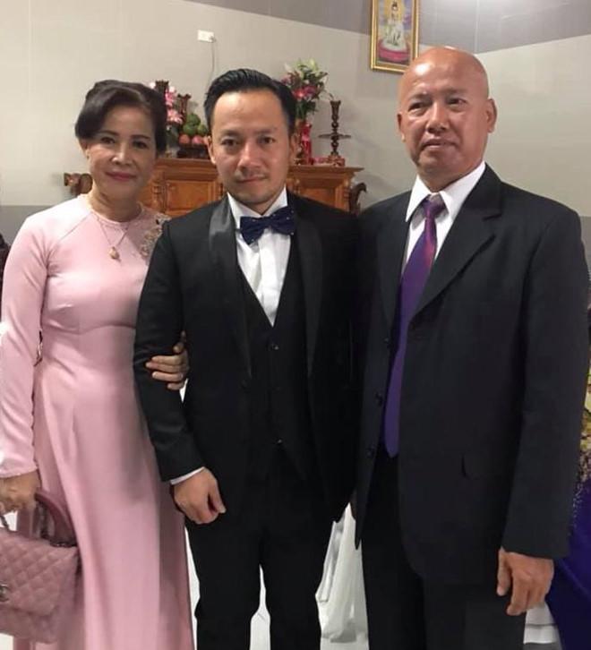 Vợ 9X tình tứ chăm sóc Tiến Đạt tại lễ cưới, dân mạng soi vòng 2 lộ rõ bất thường 4