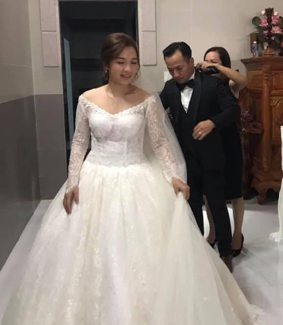 Vợ 9X tình tứ chăm sóc Tiến Đạt tại lễ cưới, dân mạng soi vòng 2 lộ rõ bất thường 7